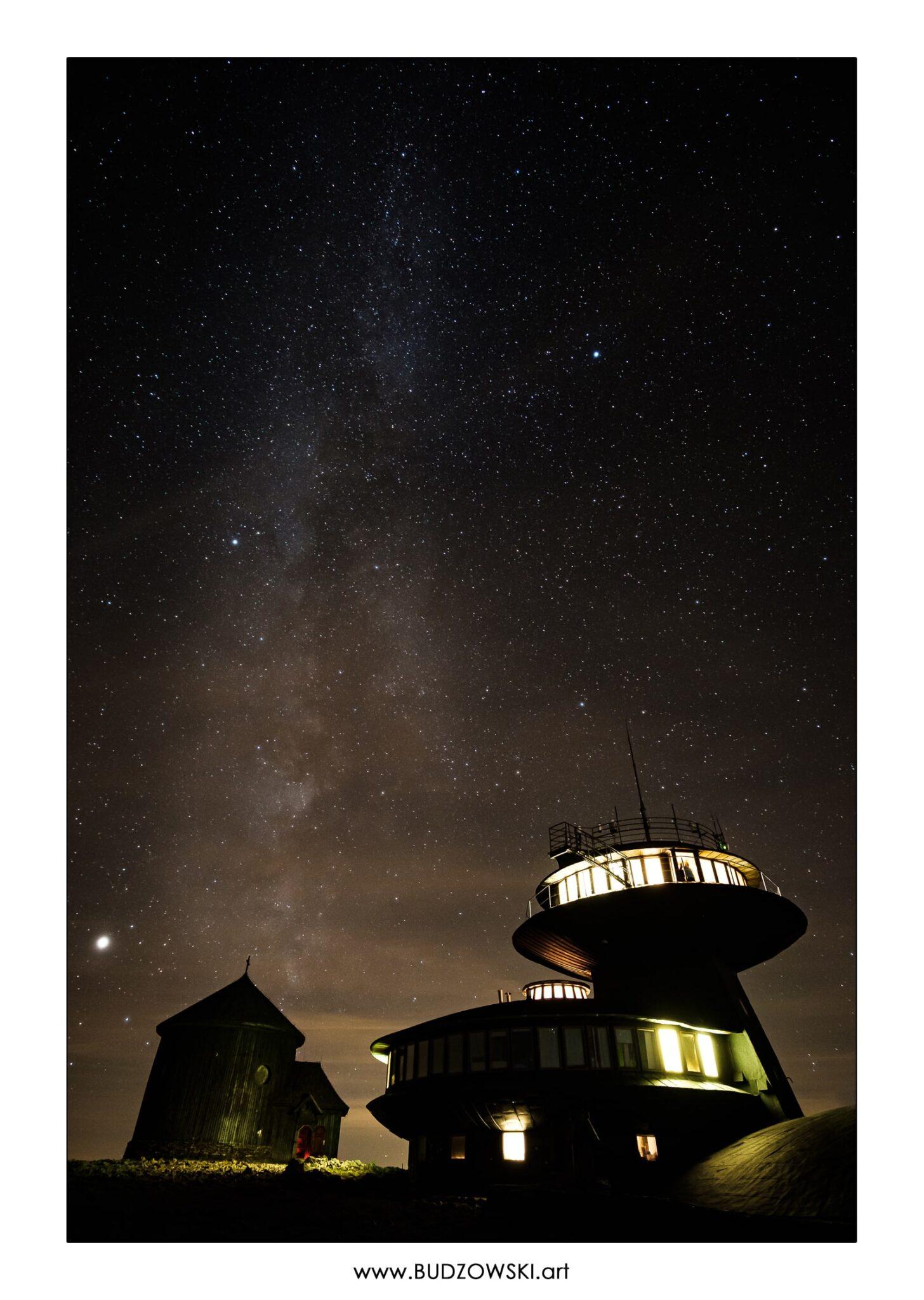 Śnieżka. Obserwatorium. Kaplica Św. Wawrzyńca. Karpacz. Karkonosze. Gwiazdy.