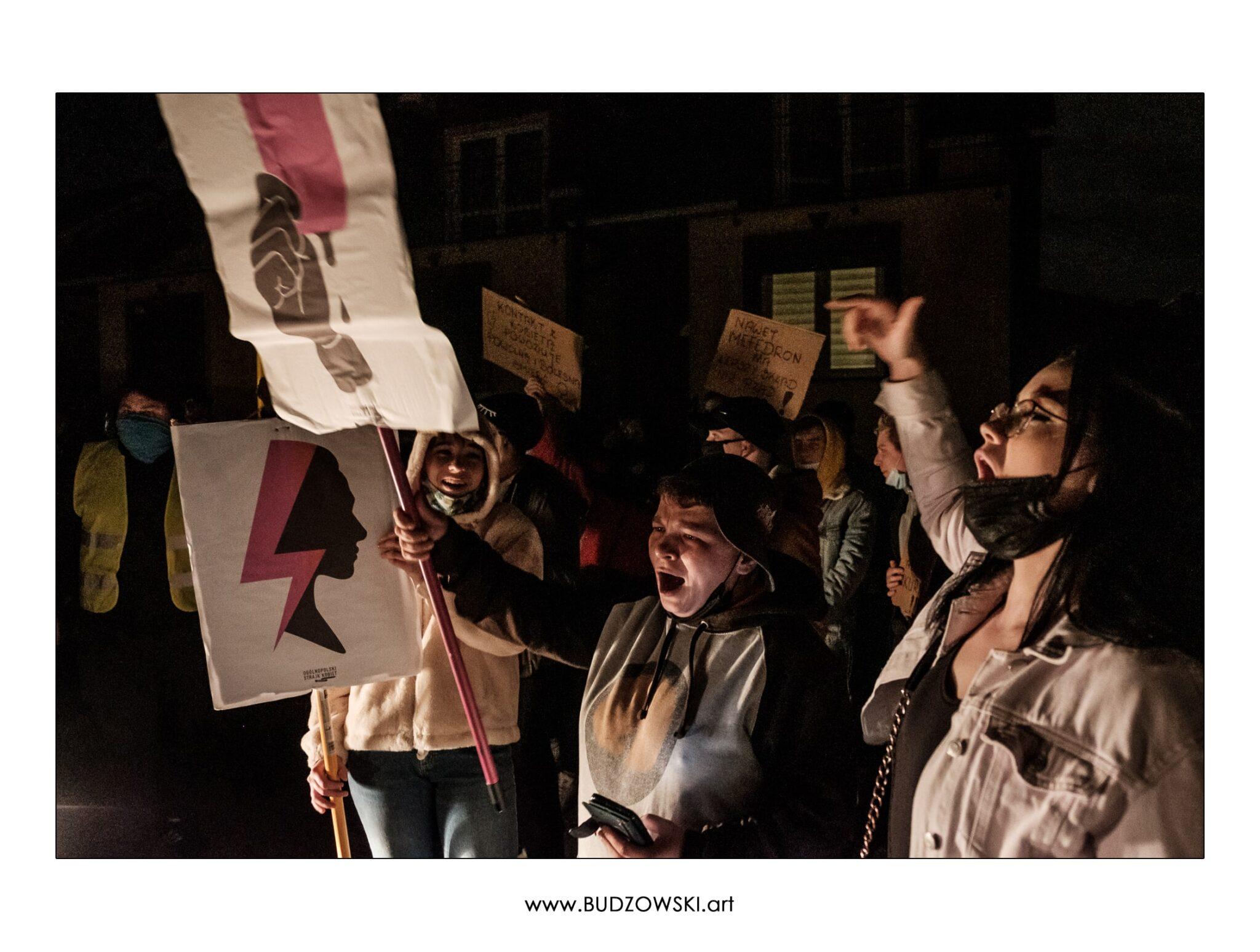 Protestujące kobiety pod domem posła z Prawa i Sprawiedliwości.